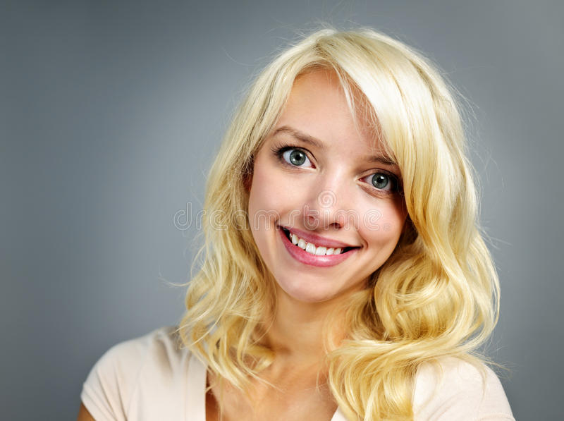 Retrato de sorriso novo da mulher foto de stock