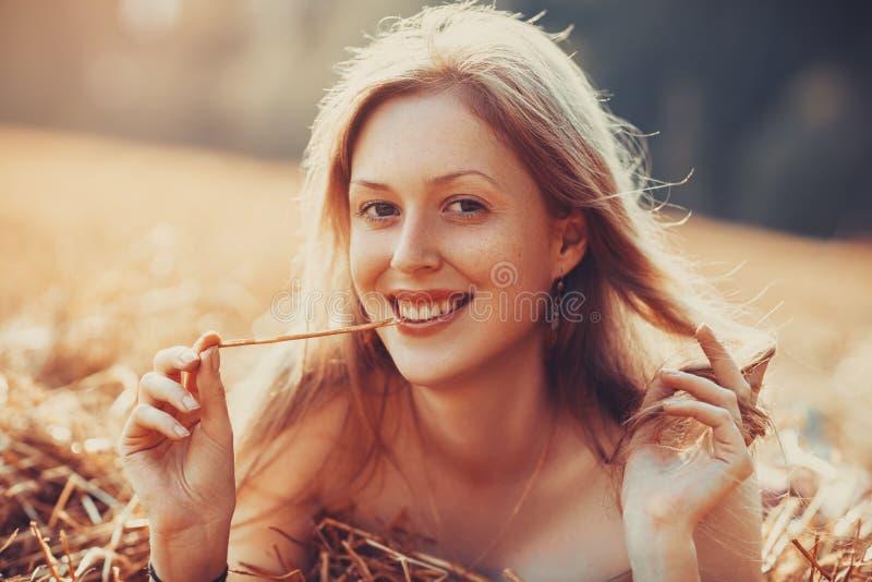 Retrato de sorriso novo da mulher fotografia de stock