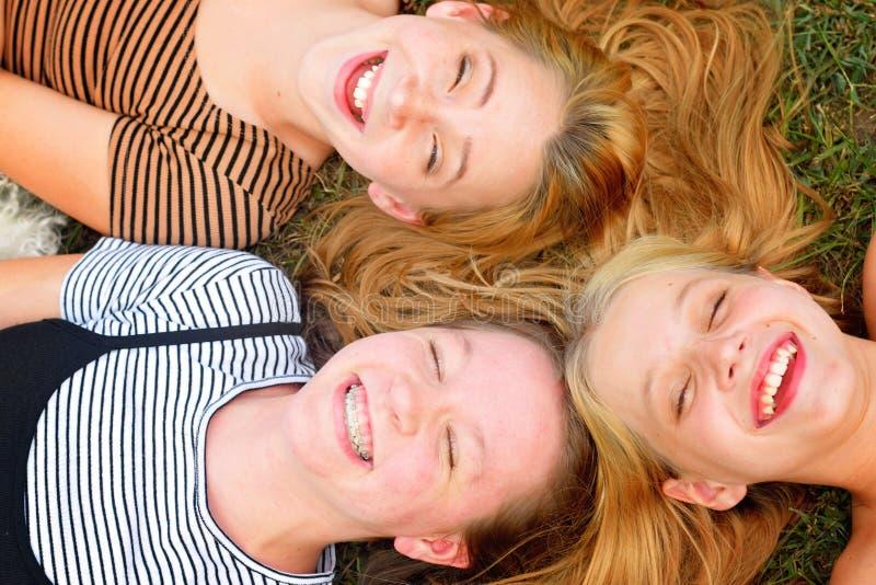 Retrato de sorriso de três caras das irmãs fotografia de stock