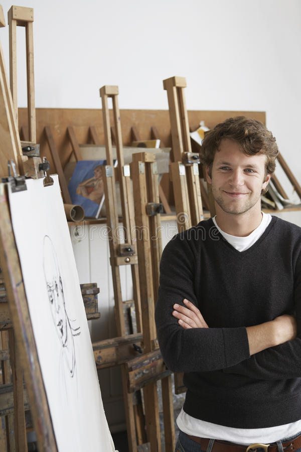 Retrato de Standing By Charcoal do artista no estúdio fotos de stock royalty free