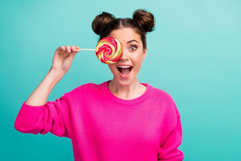 Retrato de su linda atractiva niña humorística infantil juguetona alegre alegre de cabello ondulado cerrando los ojos con imagen de archivo libre de regalías