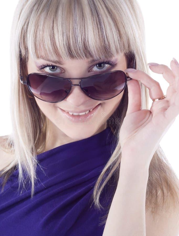 Retrato de sunglas vestindo da mulher 'sexy', nova, bonita fotos de stock royalty free