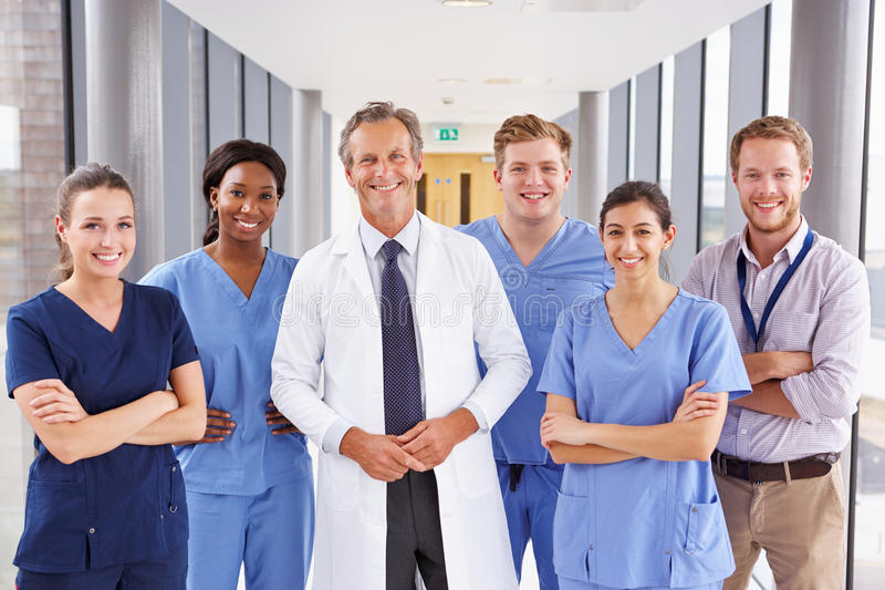 Retrato de Team Standing In Hospital Corridor médico fotos de archivo
