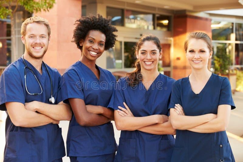 Retrato de Team Standing Outside Hospital médico fotos de archivo libres de regalías