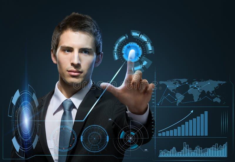 Retrato de tela virtual tocante do homem de negócios fotografia de stock royalty free