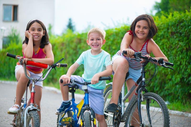 Retrato de três ciclistas pequenos imagens de stock royalty free