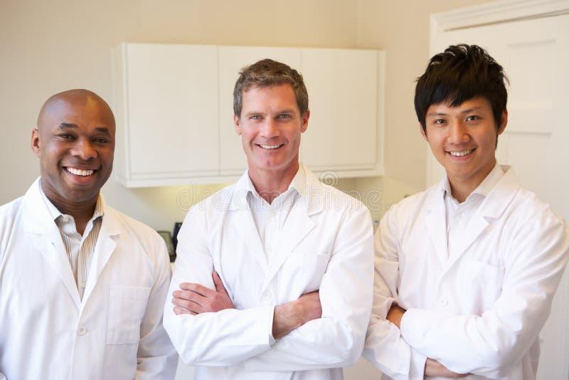 Retrato de três doutores Americano Hospital fotografia de stock