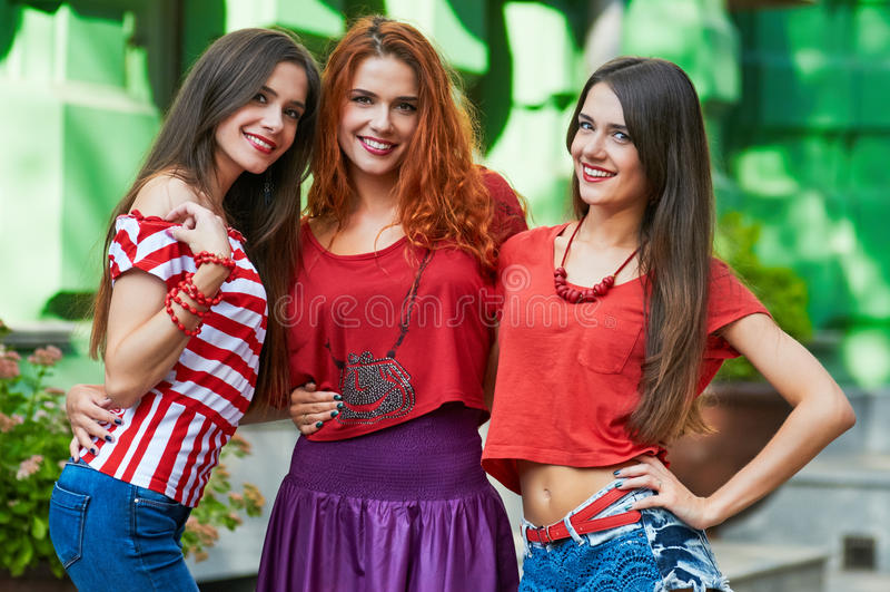 Retrato de três irmã-objetivas triplas das amigas imagem de stock royalty free