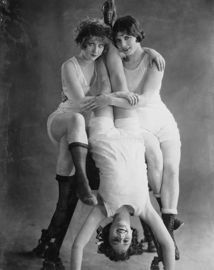 Retrato de três mulheres acrobáticas (todas as pessoas descritas não são umas vivas mais longo e nenhuma propriedade existe Garan fotos de stock