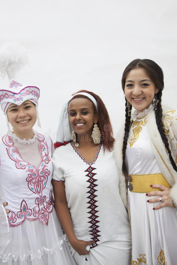 Retrato de três mulheres multi-étnicas novas em sua roupa tradicional, tiro do estúdio imagem de stock royalty free