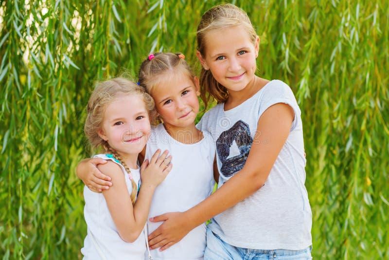 Retrato de três primos novos no salgueiro imagens de stock