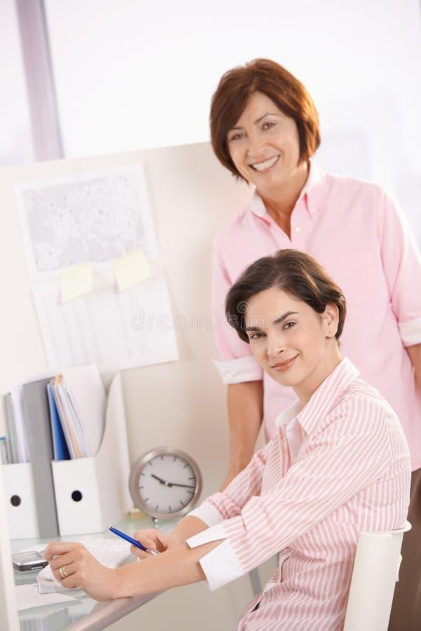 Retrato de trabalhadores de escritório confiáveis fotografia de stock