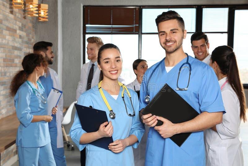 Retrato de trabalhadores médicos dentro foto de stock