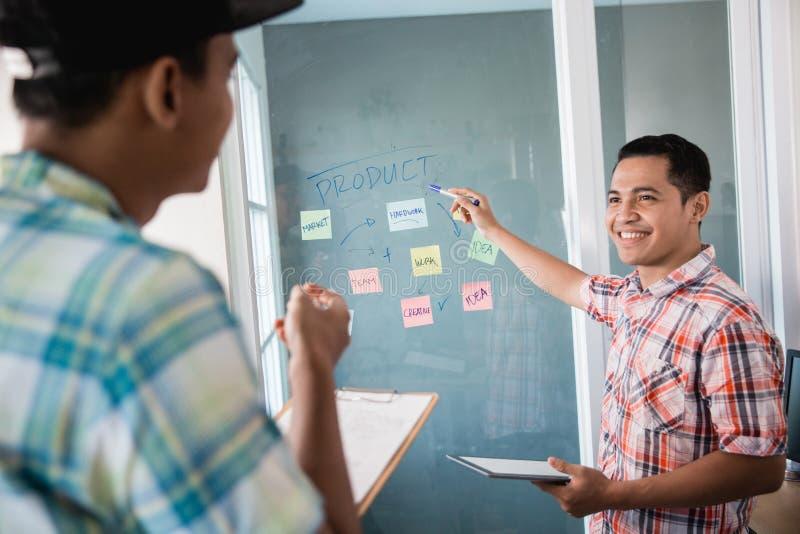 Retrato de trabalhos de equipe contínuos para discutir para fazer as estratégias para conseguir objetivos imagens de stock