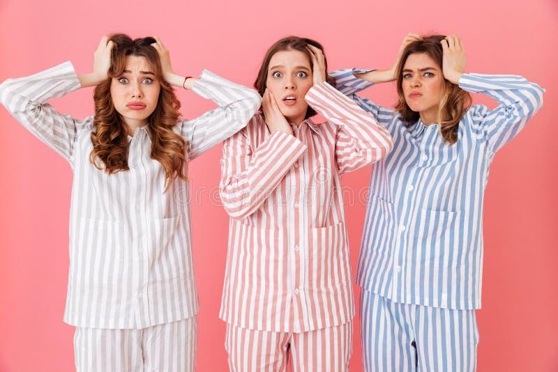 Retrato de tres chicas jóvenes hermosas 20s que llevan el str colorido imagen de archivo