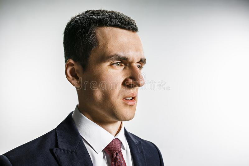 Retrato de tres cuartos de un hombre de negocios con la cara del repugnancia Profesional confiado con mirada de la perforación en imagenes de archivo