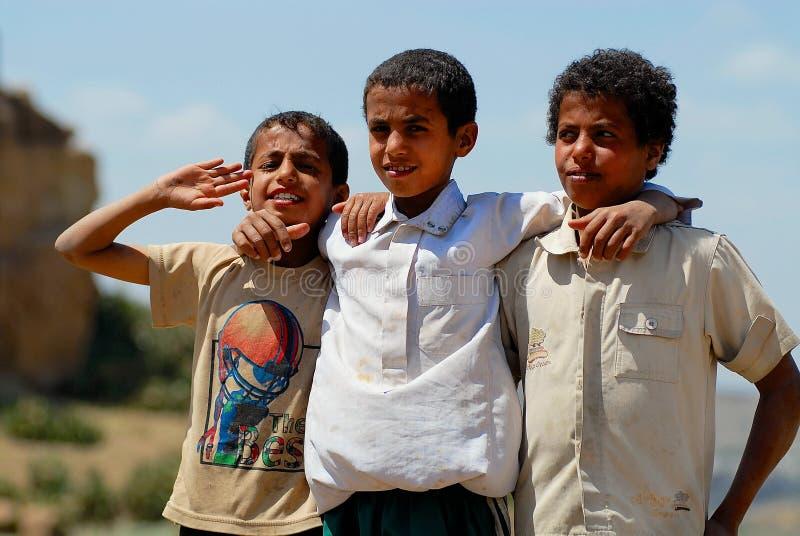 Retrato de tres niños en la calle en Sanaa, Yemen imagenes de archivo