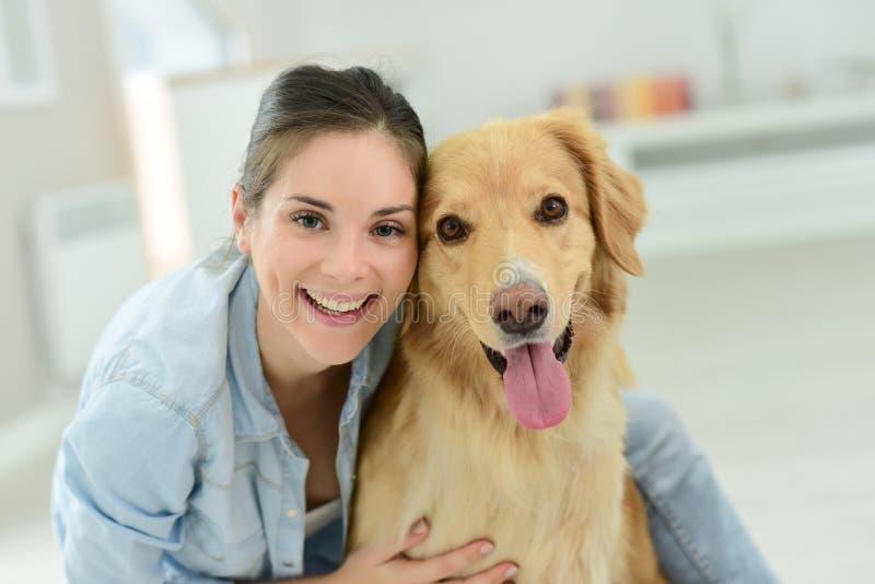 Retrato de trocas de carícias da jovem mulher seu cão imagens de stock royalty free