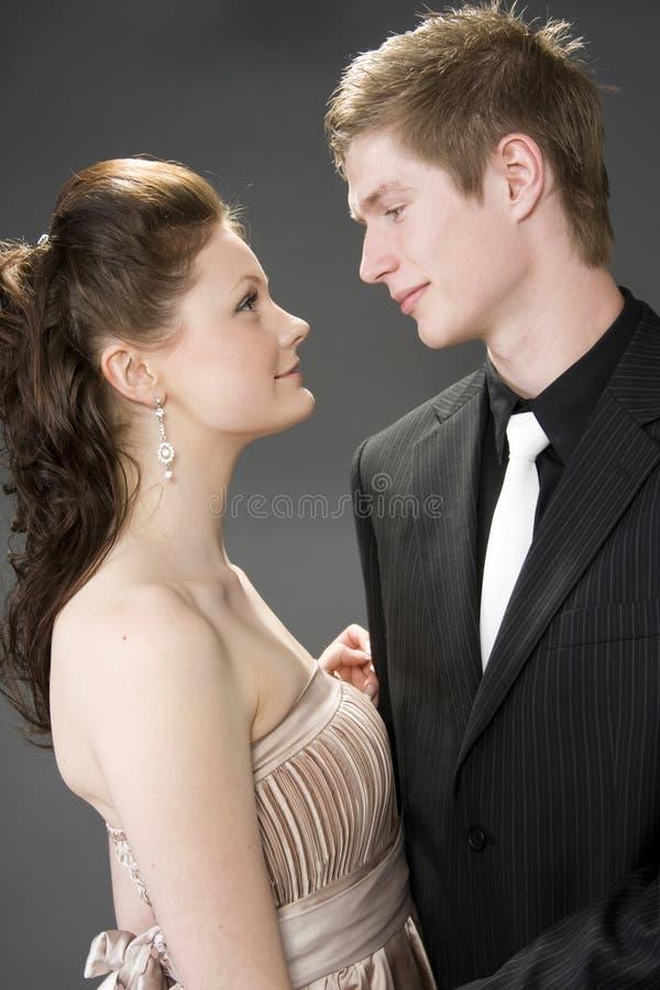 Retrato de um abraço bonito novo dos pares. foto de stock royalty free