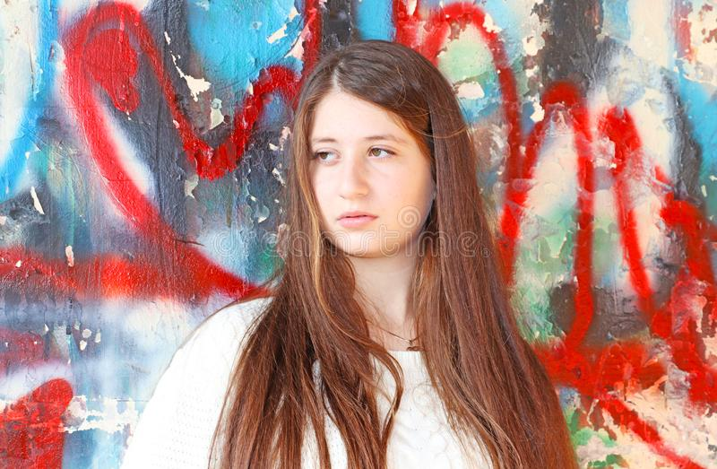 Retrato de um adolescente bonito com cabelo longo fotos de stock