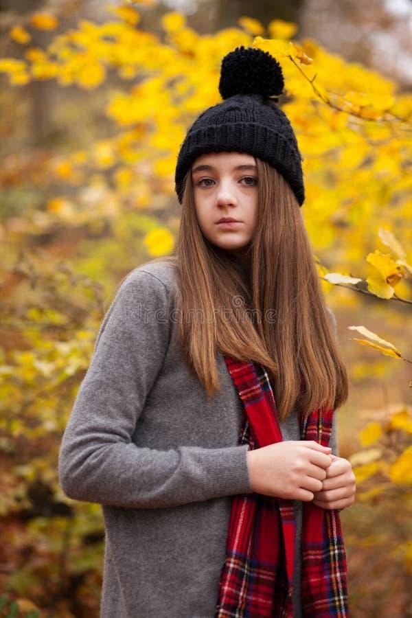 Retrato de um adolescente bonito com cores outonais no b imagens de stock