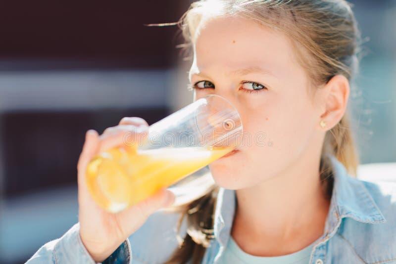 Retrato de um adolescente bonito que guarda de vidro com orangotango saboroso imagens de stock