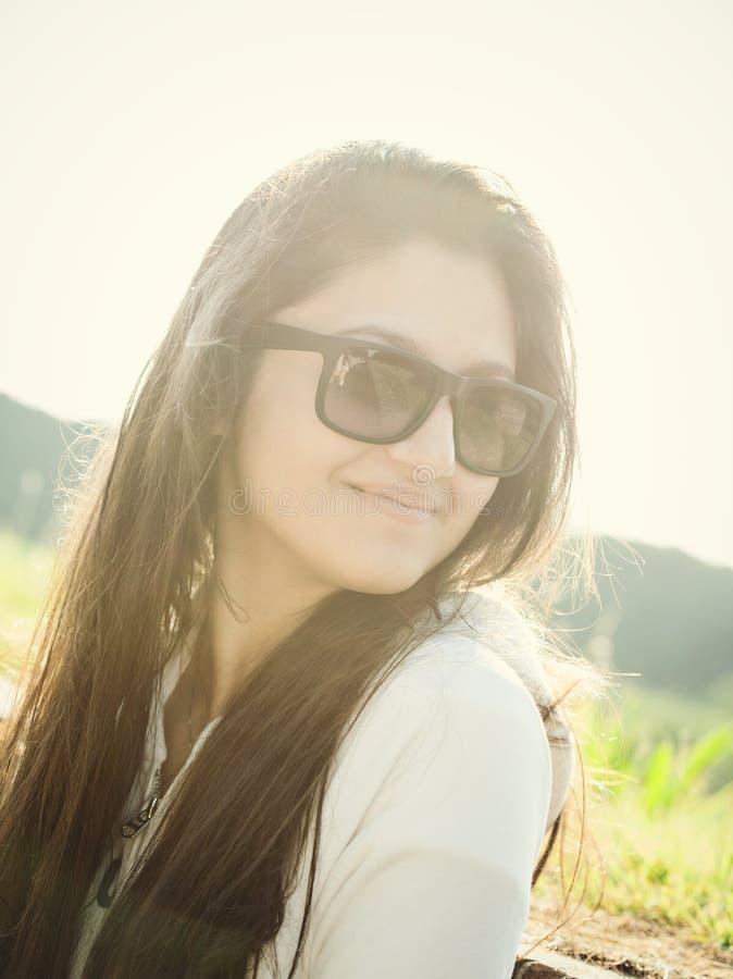 Retrato de um adolescente com óculos de sol fotografia de stock