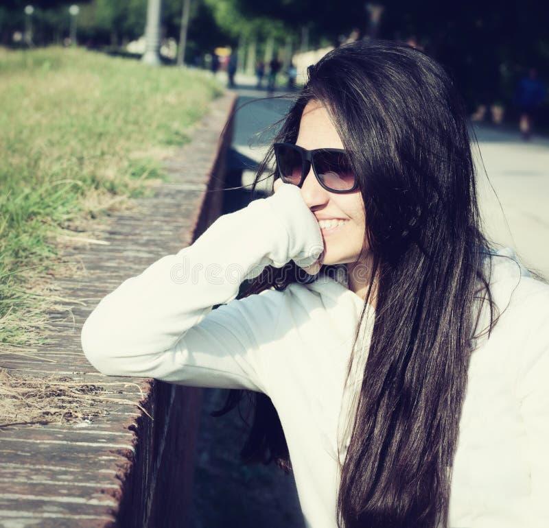 Retrato de um adolescente com óculos de sol fotos de stock royalty free