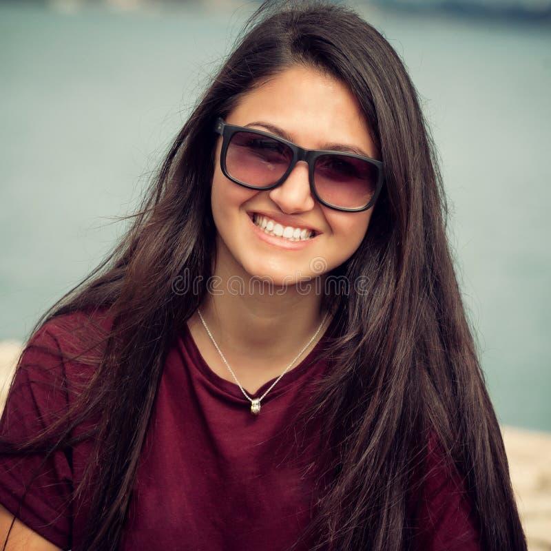Retrato de um adolescente com óculos de sol imagem de stock