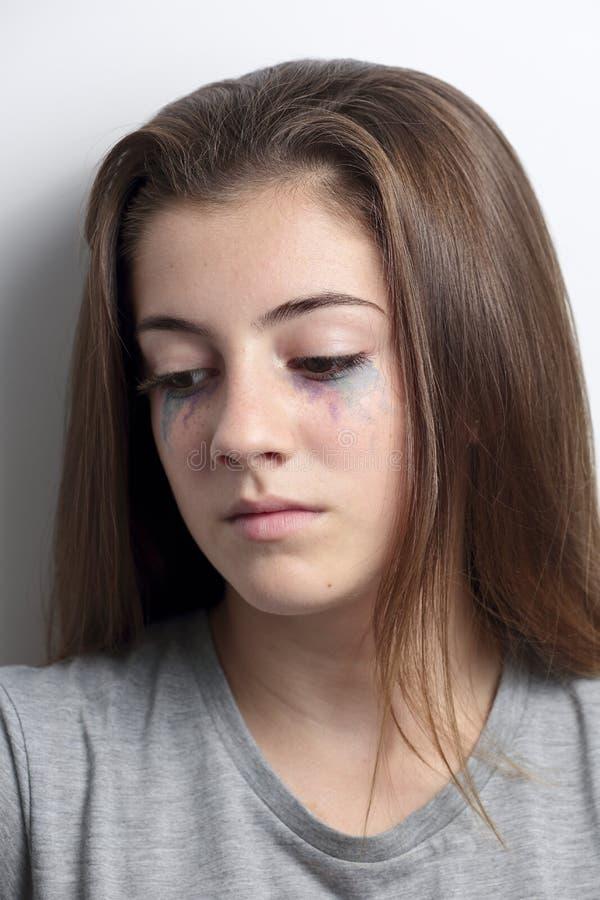 Retrato de um adolescente com uma cara séria fotos de stock