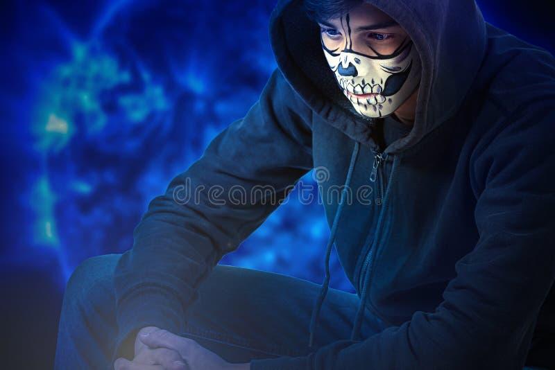 Retrato de um adolescente com uma composição em sua cara ao estilo de Dia das Bruxas imagem de stock