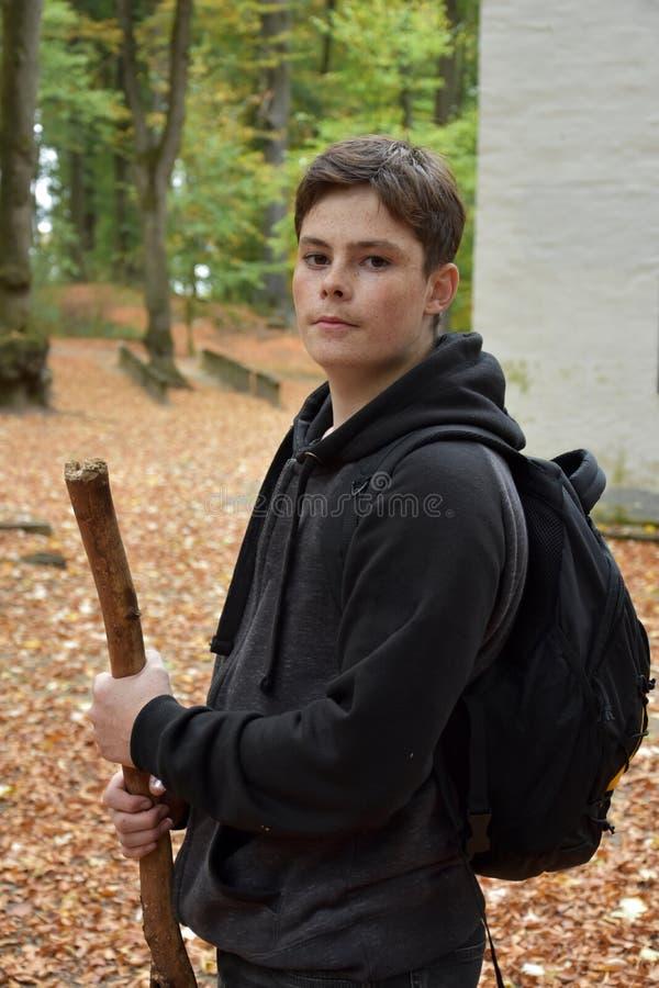 Retrato de um adolescente na floresta do outono imagem de stock royalty free