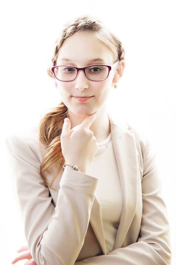 Retrato de um adolescente pensativo bonito com vidros e um corte de cabelo bonito no fundo branco isolado fotografia de stock