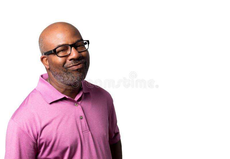 Retrato de um afro-americano de sorriso alegre com camisa roxa e vidros pretos no fundo isolado branco fotos de stock
