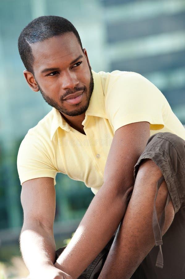 Retrato de um americano africano ao ar livre fotografia de stock