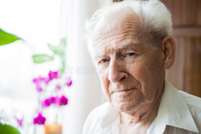 Retrato de um ancião calmo fotos de stock royalty free