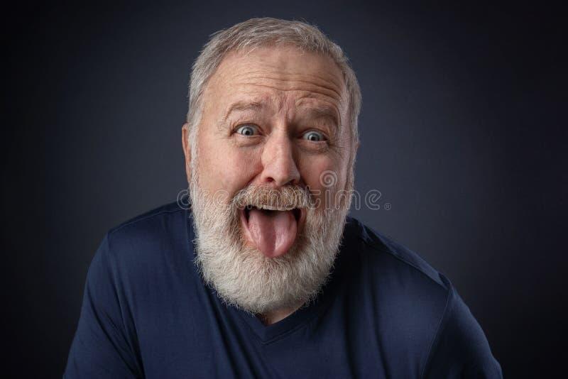 Retrato de um ancião com a língua para fora foto de stock royalty free