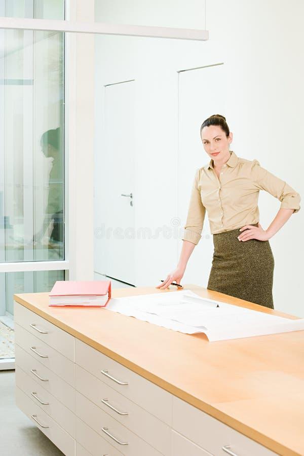 Retrato de um arquiteto fêmea fotos de stock royalty free