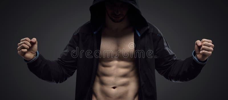 Retrato de um atleta muscular encapuçado foto de stock