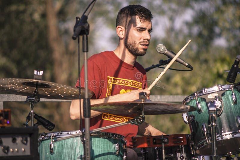 Retrato de um baterista da rocha fotos de stock