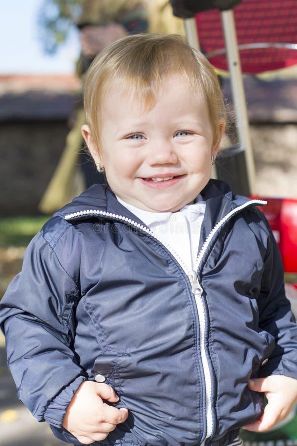 Retrato de um bebê doce do bebê de um ano em um parque imagem de stock royalty free