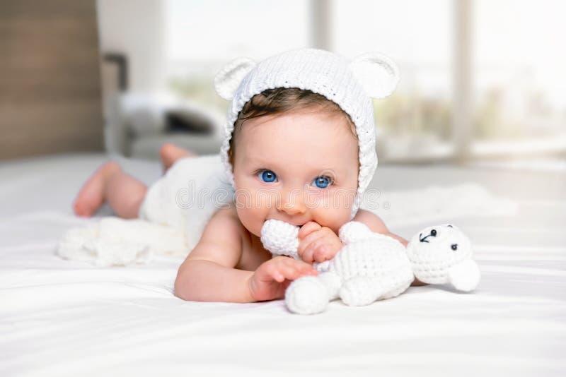 Retrato de um bebê eyed bonito, azul fotos de stock