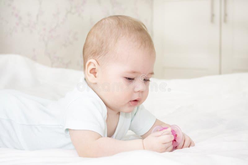 Retrato de um bebê no close-up recém-nascido branco imagem de stock