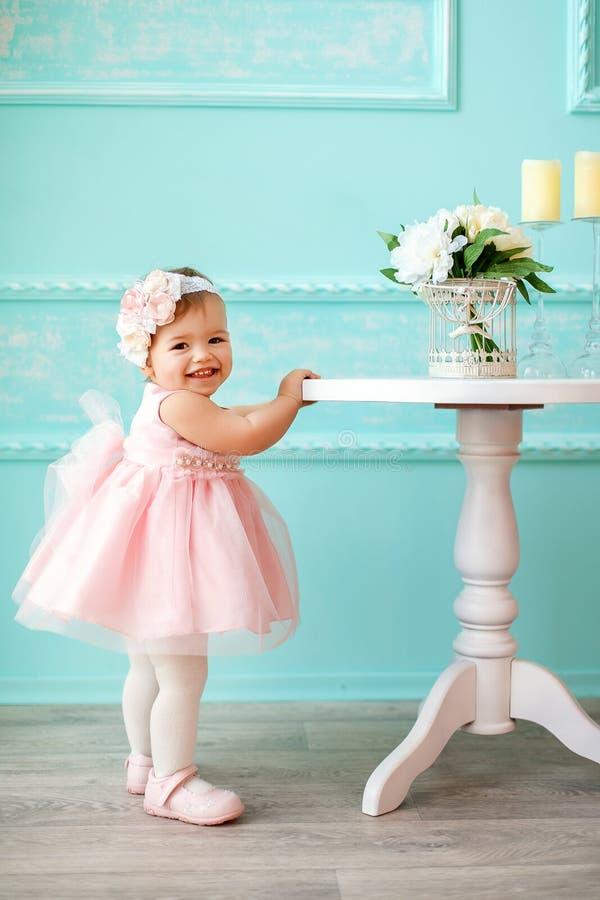 Retrato de um bebê pequeno bonito fotos de stock
