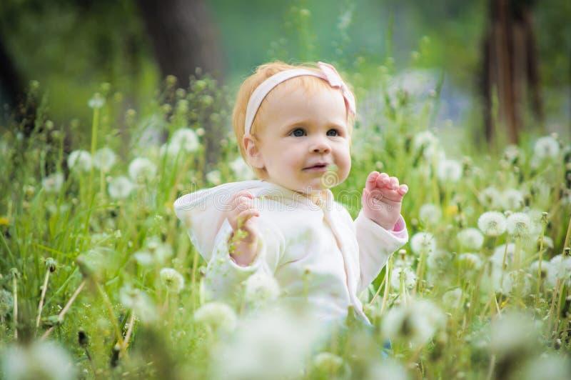 Retrato de um bebê pequeno bonito imagens de stock