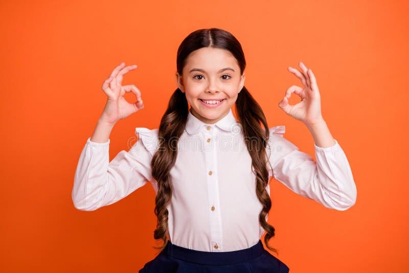 Retrato de um belo e encantador anúncio de criança diz excelente escolha aconselhar conselho concordar vestir de moda branca imagem de stock royalty free