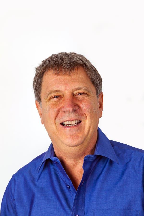 Retrato de um belo homem mais velho olhando e sorrindo fotografia de stock