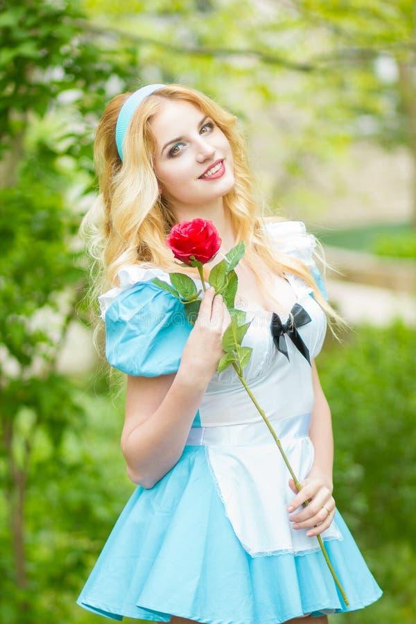 Retrato de um blonde novo bonito foto de stock royalty free
