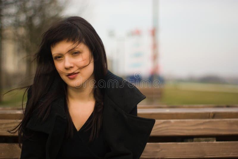 Retrato de um brunette ao ar livre no dof raso fotos de stock royalty free