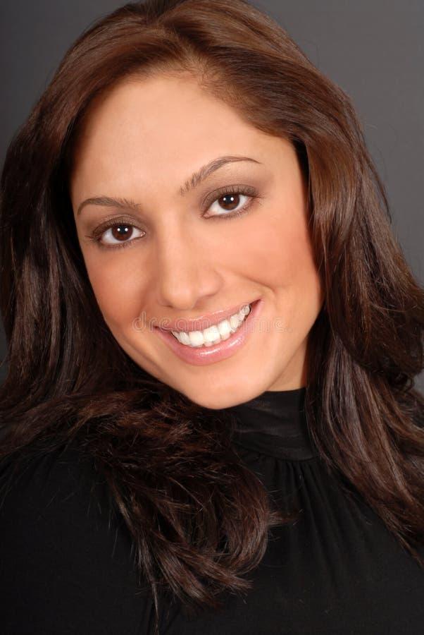 Retrato de um brunette novo atrativo com um sorriso grande imagem de stock royalty free